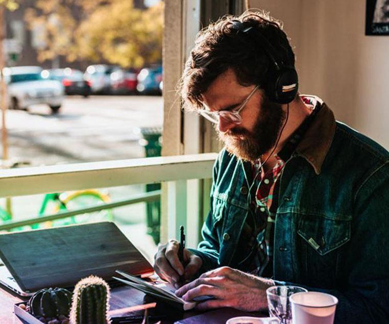 Homme en train d'apprendre la musique.